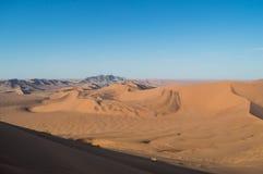 Het beklimmen van Big Daddy Dune View op Woestijnlandschap, Sossusvlei Stock Afbeeldingen