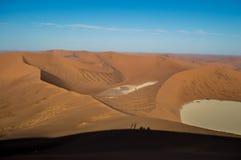 Het beklimmen van Big Daddy Dune, Woestijnlandschap met Mensenschaduwen Stock Fotografie