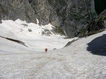 Het beklimmen van de berg met sneeuw Stock Foto