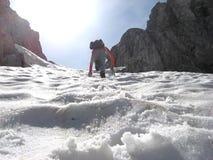Het beklimmen van de berg onder sneeuw Stock Afbeelding