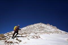 Het beklimmen van de Grote piek van Alma Ata in Kazachstan stock fotografie