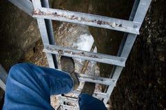 Het beklimmen van de ladder stock afbeelding