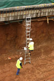 Het beklimmen van een ladder stock foto