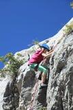 Het beklimmen van een rots stock foto's