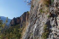 Het beklimmen van materiaal op de bovenkant van de muren die valle overzien Stock Foto