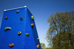 Het beklimmen van muur bij speelplaats in park Stock Afbeelding