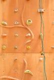 Het beklimmen van muur met veiligheidskabel Stock Afbeelding