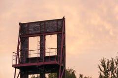 Het beklimmen van muur op binnenplaats van brandbrigade Stock Foto