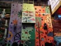 Het beklimmen van muur zo mooie kunst op muur Stock Fotografie
