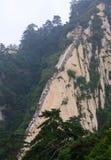 Het beklimmen van stappen in Hua Shan stock afbeeldingen