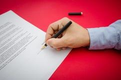 Het belangrijke contract ondertekenen Stock Fotografie
