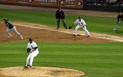 Het belangrijke Honkbal van de Liga - Suzuki steelt 2de basis Stock Foto's