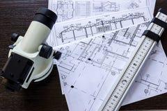 Het belangrijke onderzoeken op de bouwwerf de voorman stock afbeeldingen