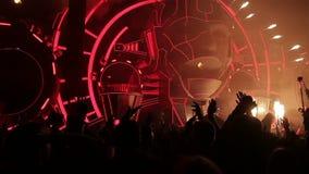 Het belangrijkste muziekfestival van de zomer Een menigte van duizenden het dansen Langzame Motie stock videobeelden