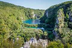Het belangrijkste natuurlijke oriëntatiepunt van Kroatië is de Plitvice-Meren met cascades van watervallen Smaragdgroen duidelijk stock foto's