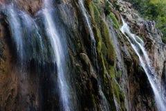 Het belangrijkste natuurlijke oriëntatiepunt van Kroatië is de Plitvice-Meren met cascades van watervallen Smaragdgroen duidelijk stock fotografie