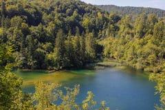 Het belangrijkste natuurlijke oriëntatiepunt van Kroatië is de Plitvice-Meren met cascades van watervallen Smaragdgroen duidelijk royalty-vrije stock afbeelding