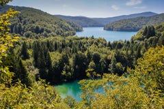 Het belangrijkste natuurlijke oriëntatiepunt van Kroatië is de Plitvice-Meren met cascades van watervallen Smaragdgroen duidelijk royalty-vrije stock foto