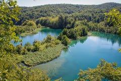 Het belangrijkste natuurlijke oriëntatiepunt van Kroatië is de Plitvice-Meren met cascades van watervallen Smaragdgroen duidelijk stock afbeeldingen