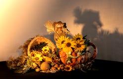 Het belangrijkste voorwerp van de dankzeggingshoorn des overvloeds met de waterkruik van de porseleinpompoen, de zonnebloemen en  stock foto