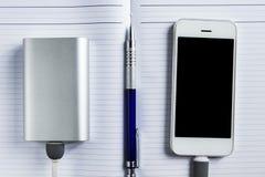 Het belasten Smartphone met Grey Portable External Battery powerb Stock Afbeeldingen