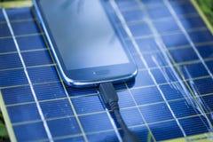 Het belasten van mobiele telefoon met zonnelader Royalty-vrije Stock Foto's