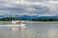Het belasten van Watervliegtuig op Meerkap, Alaska stock foto's