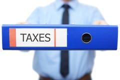 Het belastingenwoord wordt geschreven op het bindmiddel Stock Fotografie