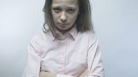 Het beledigde meisje bekijkt de camera in slowmo stock video