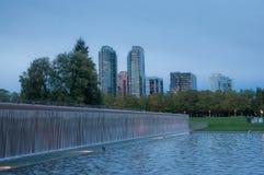 Het Bellevuepark van de binnenstad in de avond Stock Foto's