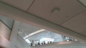Het benaderen van het binnenlandse centrum van de het vervoershub van WTC Oculus in het Lower Manhattan van NYC stock videobeelden