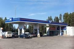 Het benzinestation verkoopt brandstof en motorsmeermiddelen voor gemotoriseerde voertuigen in Karelisch hout Stock Foto