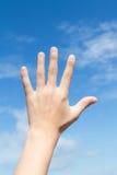 Het bereik van de hand aan de blauwe hemel Royalty-vrije Stock Afbeeldingen
