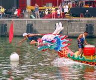 Het bereiken van de het Eindigen Lijn in Dragon Boat Races Stock Foto's