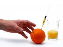 Het bereiken voor vitamine C Stock Fotografie