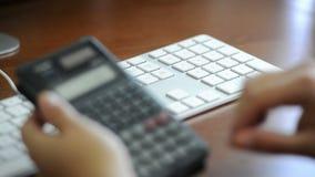 Het berekenen Belastingen stock videobeelden