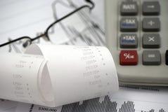 Het berekenen belastingen en inkomen Stock Foto's