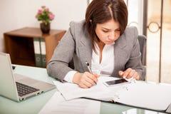 Het berekenen belastingen met slimme telefoon stock afbeelding