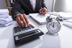Het Berekenen van Businesspersonusing calculator for Rekening royalty-vrije stock foto's