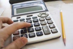 Het berekenen van de belastingen stock fotografie