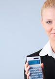 Het berekenen van de vrouw belastingaangiften stock fotografie