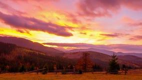 Het Bergbos op de Achtergrond van de Zonsondergang stock videobeelden
