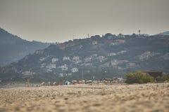 Het bergdorp die het strand overzien Royalty-vrije Stock Afbeeldingen
