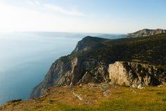 Het bergen en overzeese landschap met blauw hemel mooi landschap Royalty-vrije Stock Afbeeldingen