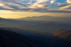 Het berglandschap in de vroege lente bij zonsondergang, zet Stolovi op Royalty-vrije Stock Foto