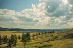 Het berglandschap met wolken van stralen is Stock Fotografie
