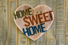 Het bericht houten hart van het huis Zoet Huis op lichtgroene geschilderde rug Royalty-vrije Stock Afbeelding