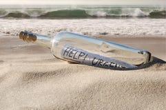 Het bericht van de hulp in een fles Stock Afbeeldingen