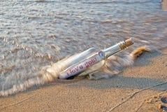 Het bericht van de liefde in een fles Stock Foto's