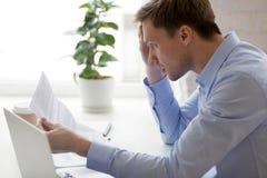 Het bericht van de mensenlezing van bank over onbetaalde schuld stock afbeelding